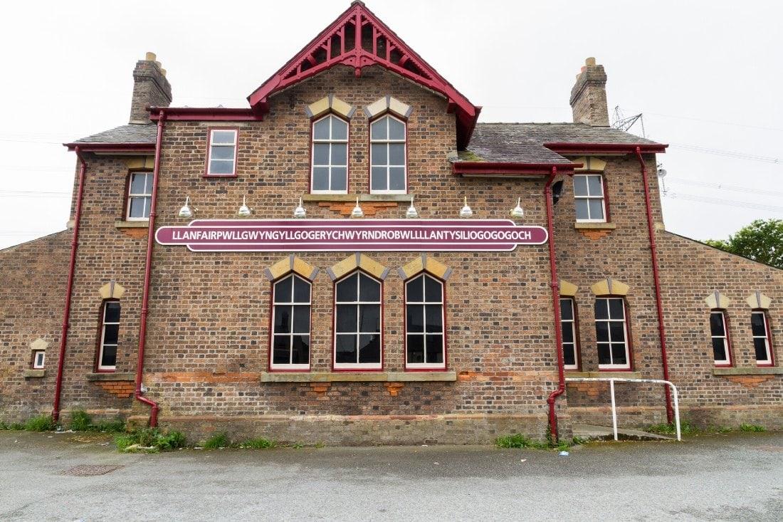 Llanfairpwllgwyngyll-gogerychwyrndrobwlllllandysiliogogogoch in Wales